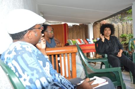 A Mayotte, Jean-Luc Raharimanana parle écriture avec une poignée d'écrivains locaux qui ont répondu présent.