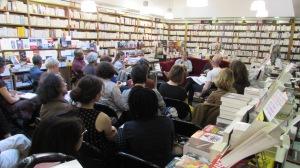 Mia Couto à la librairie Mille pages à Paris devant son public