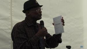 Mohamed Toihiri devant une classe au Salon du livre Athena à Saint-Pierre