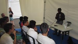 Mohamed Toihiri devant une classe au Salon du livre Athena à Saint-Pierre 2015