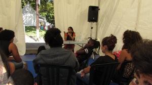 Ananda Devi devant une classe au Salon du livre Athena à Saint-Pierre