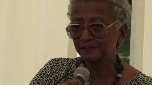 La romancière Michèle Rakotoson en pleine lecture de Tovonay